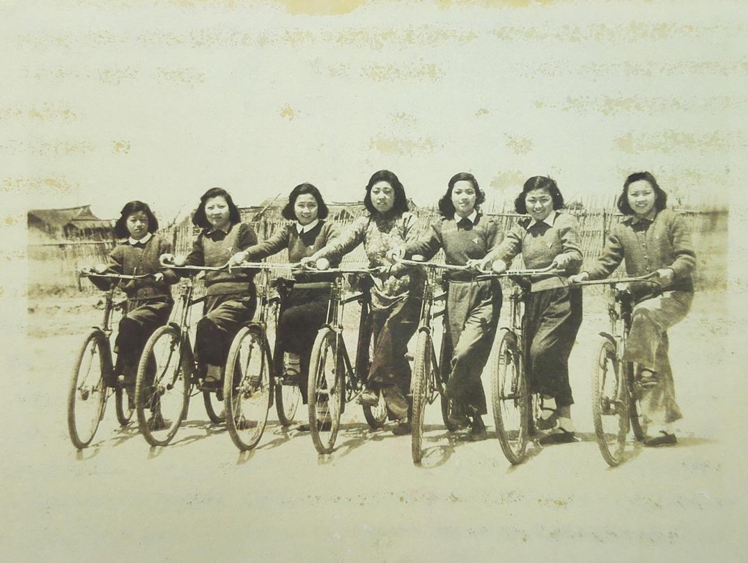 1-2 1950年6月,上海陆行中学初三女生合影毕业照 吴开标收藏.jpg