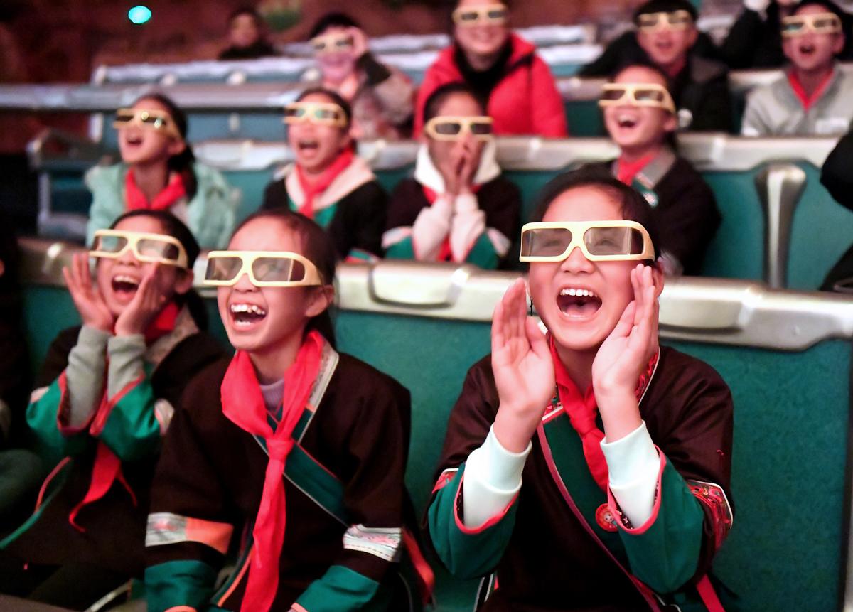 7-4 北京,2018年5月31日,在广西柳州市景行小学柳东校区,来自三江侗族自治县和融安县大山里的留守儿童观看3D动画片(1月4日摄)。当日,柳州市举行关爱留守儿童城市圆梦活动。黎寒池.jpg