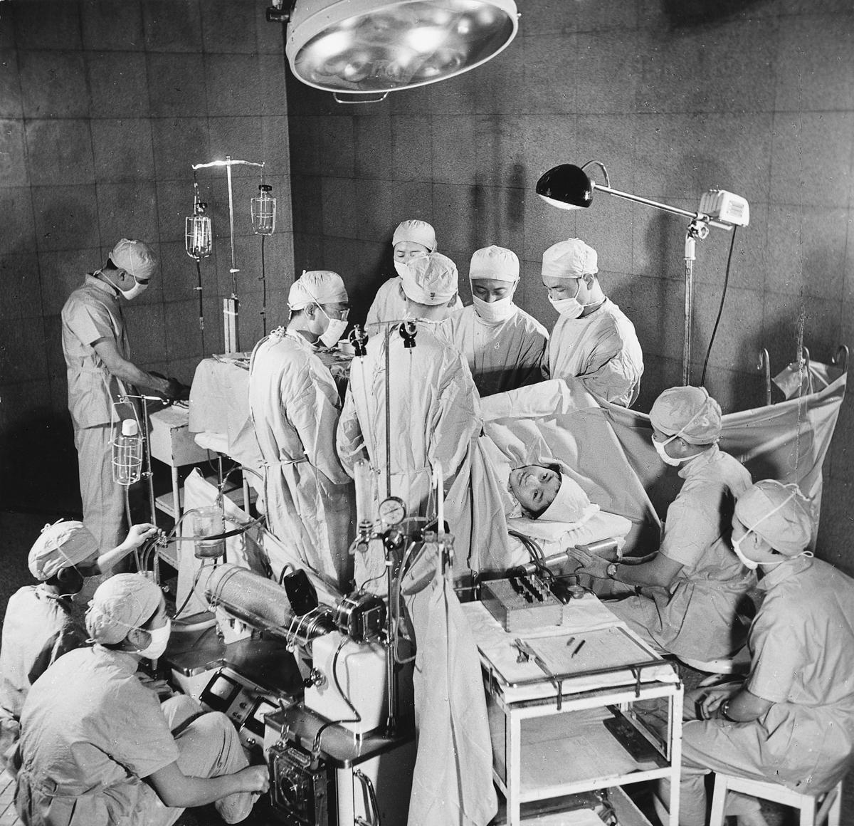 9-3 1976年 针刺麻醉体外循环心内手术成功 杨立森 摄.jpg