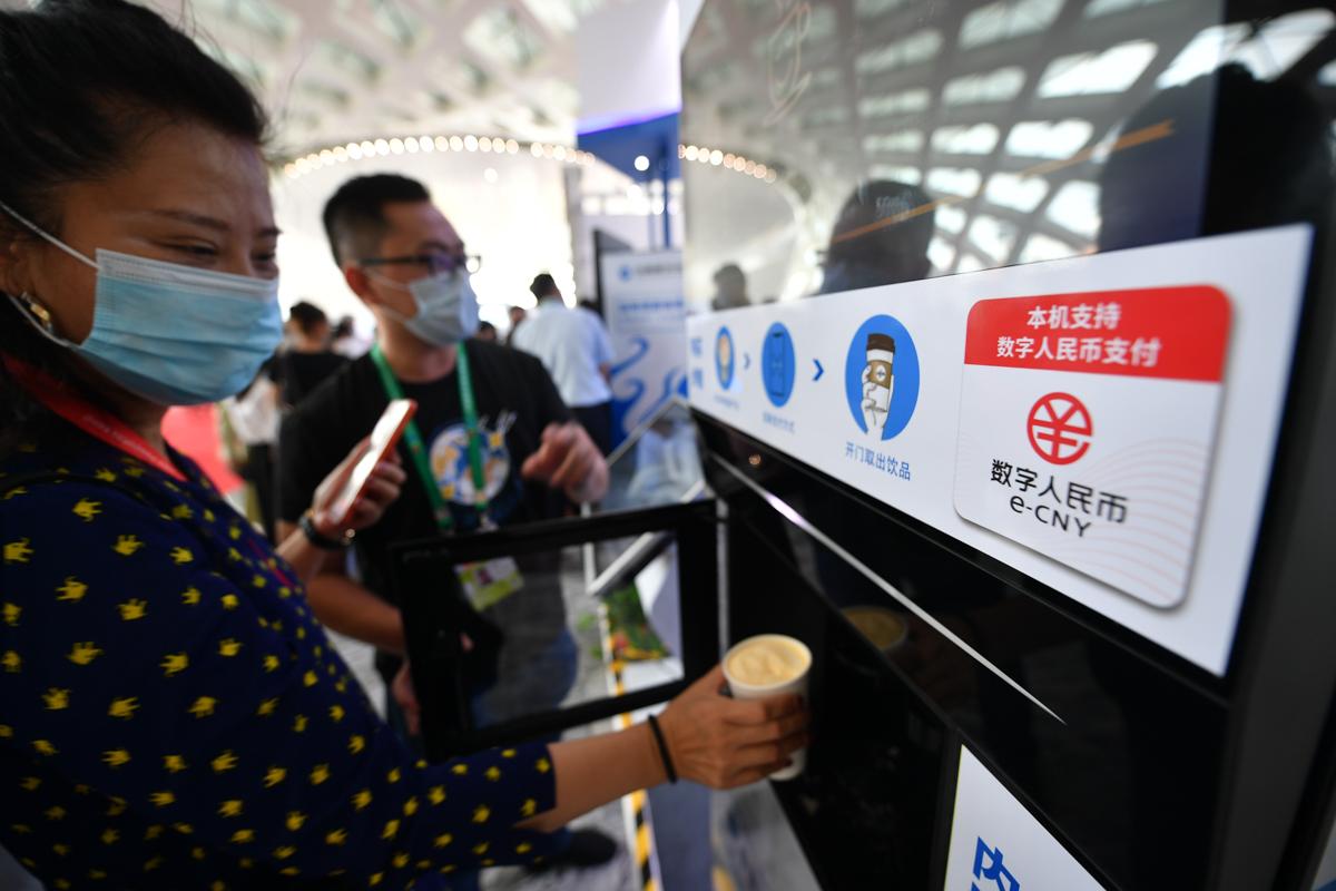 11-4 2021年5月8日,在首届中国国际消费品博览会上,多家银行推出数字人民币体验活动专区,方便参会者了解数字人民币的特点并体验其多种使用场景。图为参会者在体验数字人民币咖啡机。新.jpg