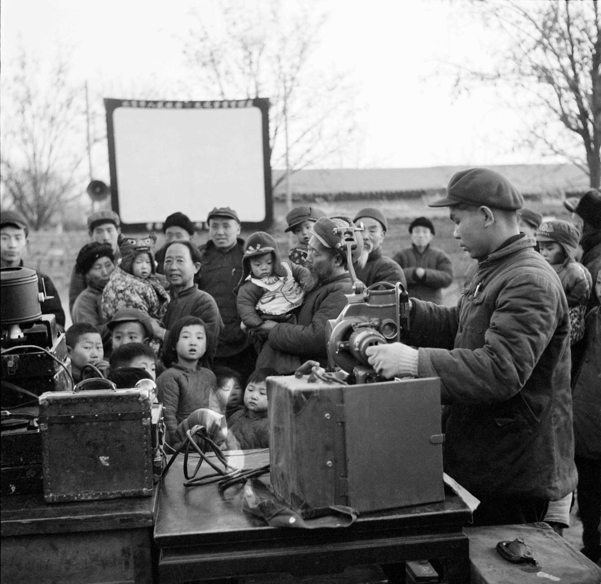 17-2 1955 197.牛畏予。电影放映下乡队为东郊来广营吴玉书农业生产合作社的社员放映电影。1955,北京.jpg
