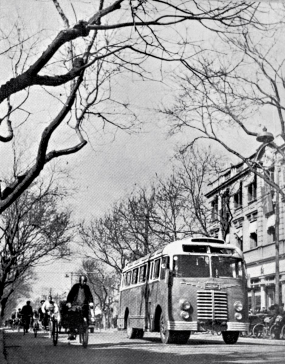 24-2 郑景康 1950-1956年 王府井大街 作者郑景康在延安时期为党中央领导拍过很多重要照片;1944年曾为毛主席拍摄肖像,是党中央批准可以公开悬挂的第一幅毛主席像。新中国成立后成立的新闻总.jpg