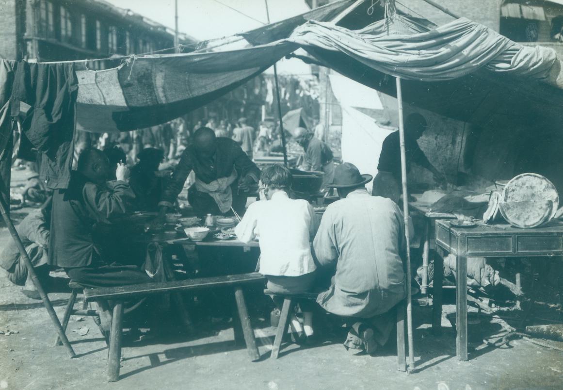 """2-1 怀特•约翰纳斯•沃特基-""""上海记忆""""相册,怀特先生在上个世纪三十年代以独立摄影师身份来到中国,在中国长达十几年的摄影工作,尤其是在上海拍摄了大量的照片。他把大量镜头对准.jpg"""