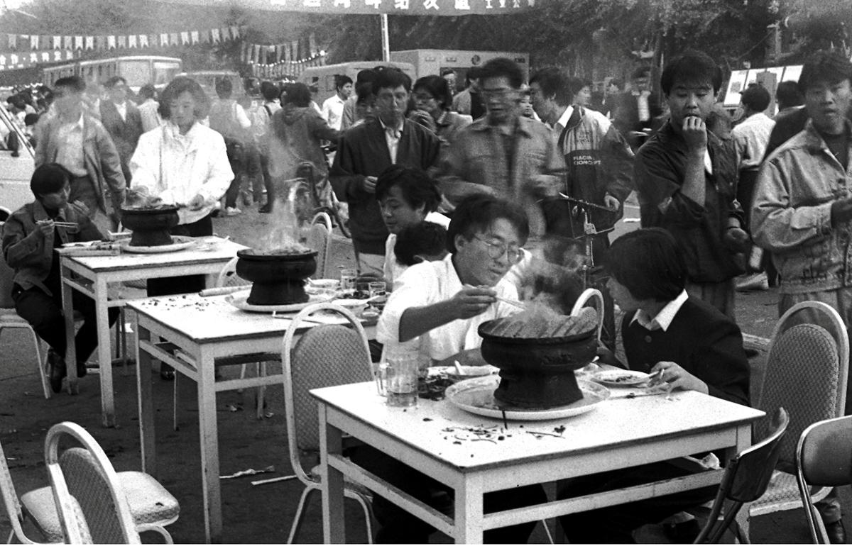 2-3 季懋中《通州新华小吃街》1989年9月29日,北京通州区新华西街小吃街,人潮涌动,红火热闹。.jpg