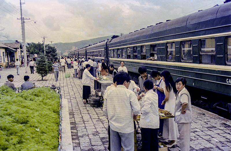 4-3 霍春光《旅途快餐》白阿线是白城连接大兴安岭南麓阿尔山的唯一一条铁路,上个世纪70年代到90年代每天只有一趟绿皮车往返,而且没有餐车,旅客途中只能在位于中间的索伦站下车购买食.jpg