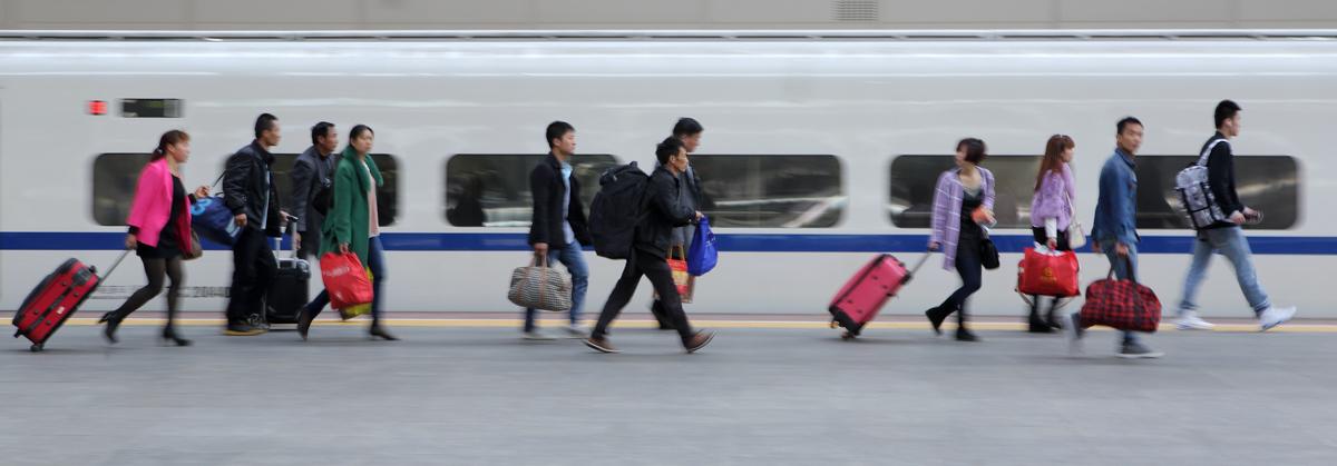 4-4 2016年摄于南京站舒适乘车、快速旅行,已是我国广大人民群众对乘坐高铁的普遍认同,这是2015年外出打工的农民工正在南京站快速进站上车。摄影原瑞伦.jpg