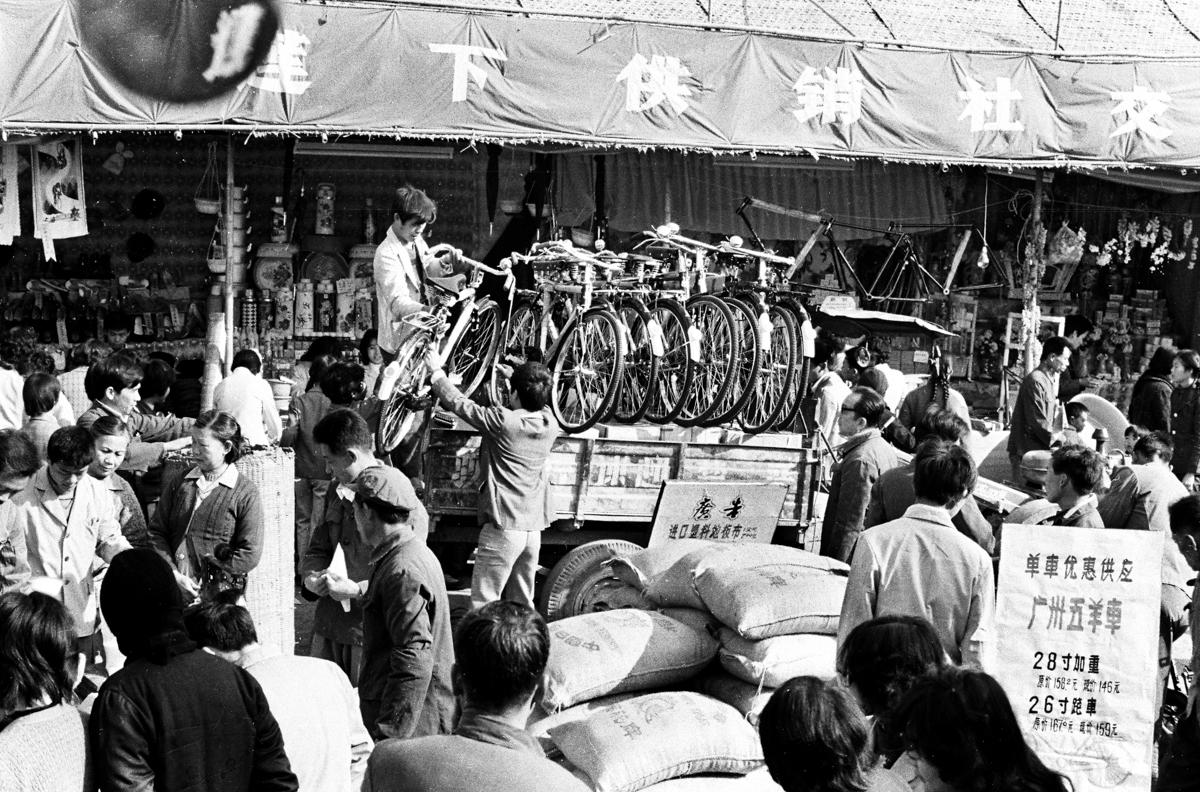 6-3 1984年,供销社门市取消凭票购买的自行车很受群众欢迎 作品描述: 拍摄地点:广东省汕头市澄海区 拍摄时间:1984-01-01 作品作者:陈志伟 13729268256.jpg