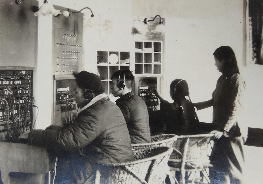 10-2 1958年某县局电话总机房工作照 作品描述:照片背后题有:1958年县局总机房 拍摄地点: 拍摄时间: 作品作者:屈济丹 18011453800.jpg