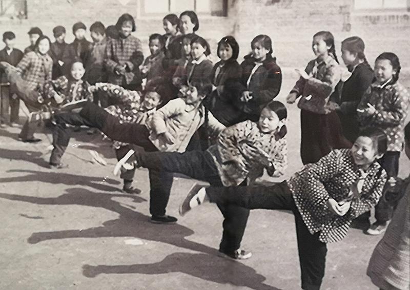 16-2 童年往事——跳皮筋   描述: 六七十年代,童年最开心的体育健身乐事:撞拐子、滚铁环、滑爬犁、跳皮筋.......现在仍然记忆犹新,历历在目。推荐者:段建国 作品描述: 拍摄地点: 拍摄时间: 作品作者:段建国 18609477969.jpg.jpg