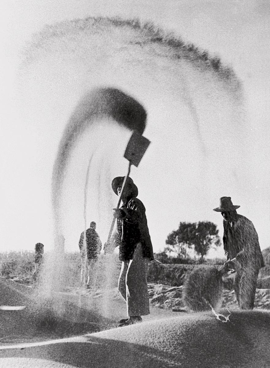 20-2 1957年-第一届全国摄影艺术展-扬场 -李书良 摄.jpg
