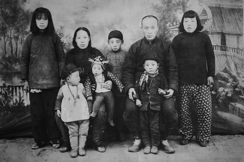 1946年_《全家福》_山西省太原市晋源照相馆_张继光_13934558189.jpg