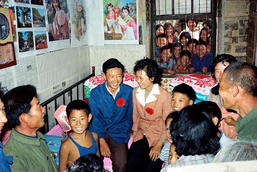 """光棍村的婚礼。1982年,山东日照一个山村农民的婚礼""""闹洞房""""。 侯贺良摄影.jpg"""