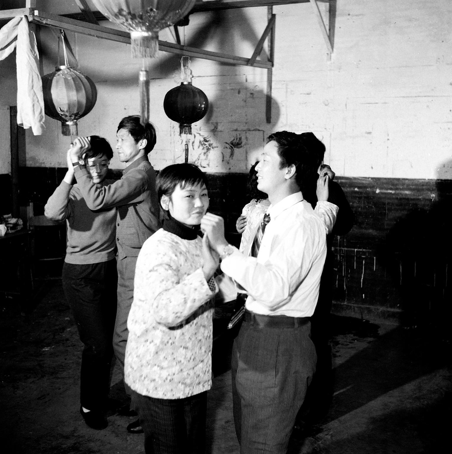 1980年2月,济南机车工厂的青年工人学跳交谊舞。侯贺良摄影 .jpg