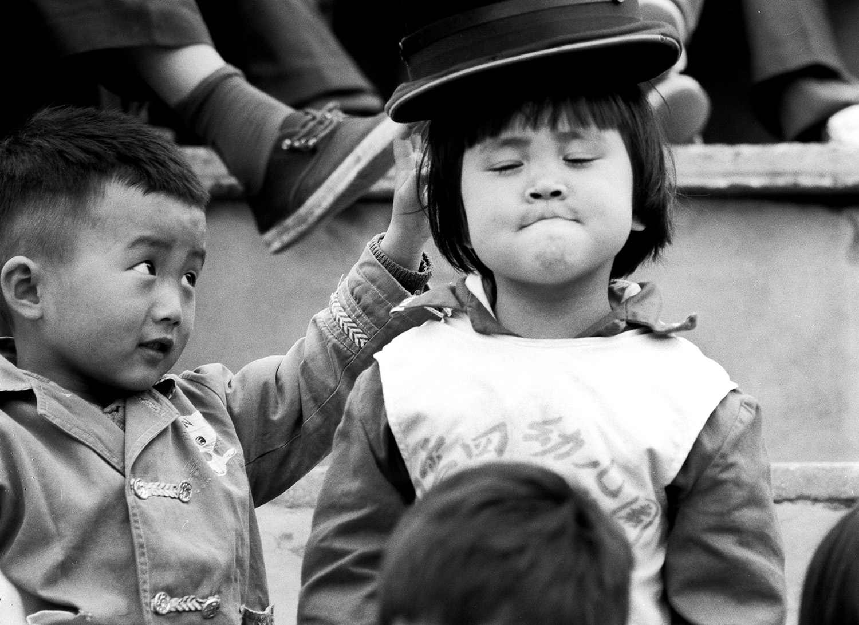 女王加冕。1981年,山东威海职工运动会看台上的小朋友。 侯贺良摄影.jpg