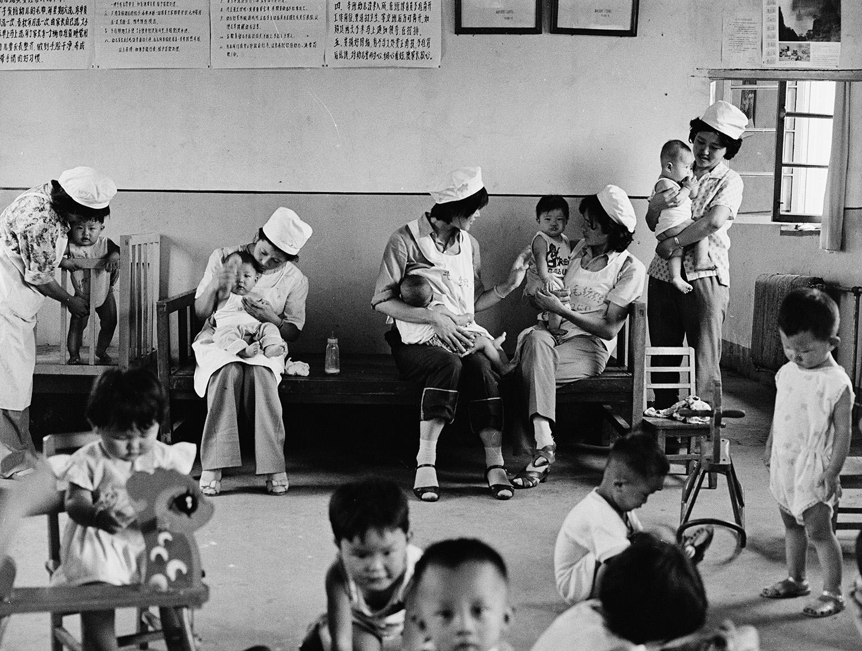 1982年,威海毛纺厂的女工工间哺乳。侯贺良摄影.jpg