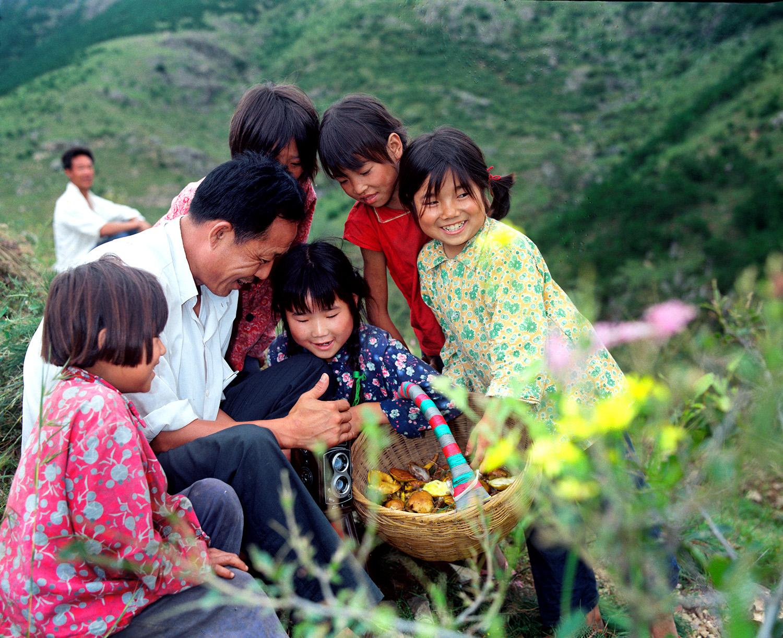 山村来了摄影师。1982年,山东五莲县文化馆干部深入山村为农民摄影服务。侯贺良摄影.jpg