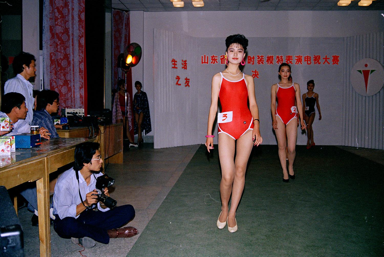 (13)1989山东省首届时装模特表演电视大赛决赛    侯贺良摄影 (2).jpg