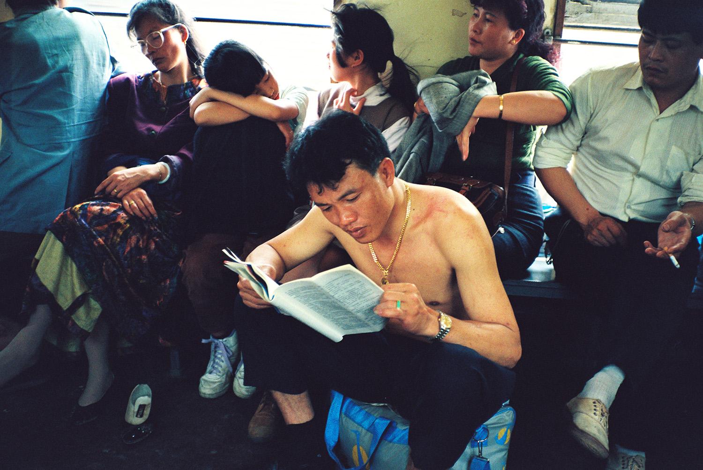 惜时如金。1990年,在由广州开往深圳的列车上。侯贺良摄影.jpg