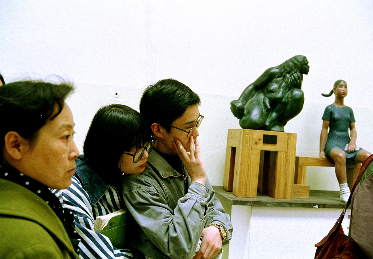 从猿到人。1993年,北京中国美术馆。 侯贺良摄影.jpg