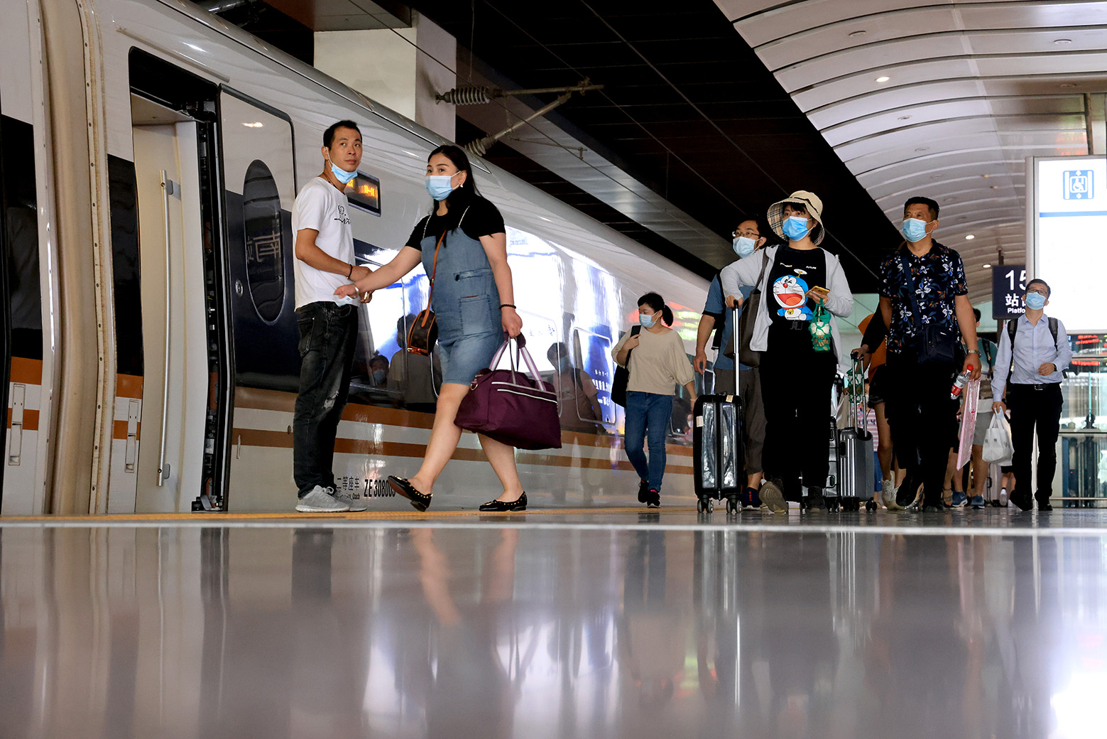 自信出行。2020年8月,北京南站。侯贺良摄影 (1).JPG
