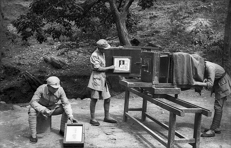 1942年河北平山碾盘沟,晋察冀画报社创刊号制铜版.jpg
