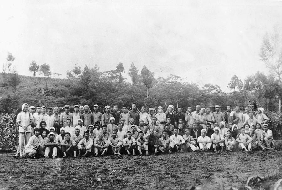 1943年7月晋察冀画报社工作人员大合影.jpg