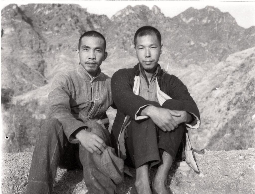 图2-3 1944年秋沙飞(左)与石少华在河北阜平神仙山脚下.jpg