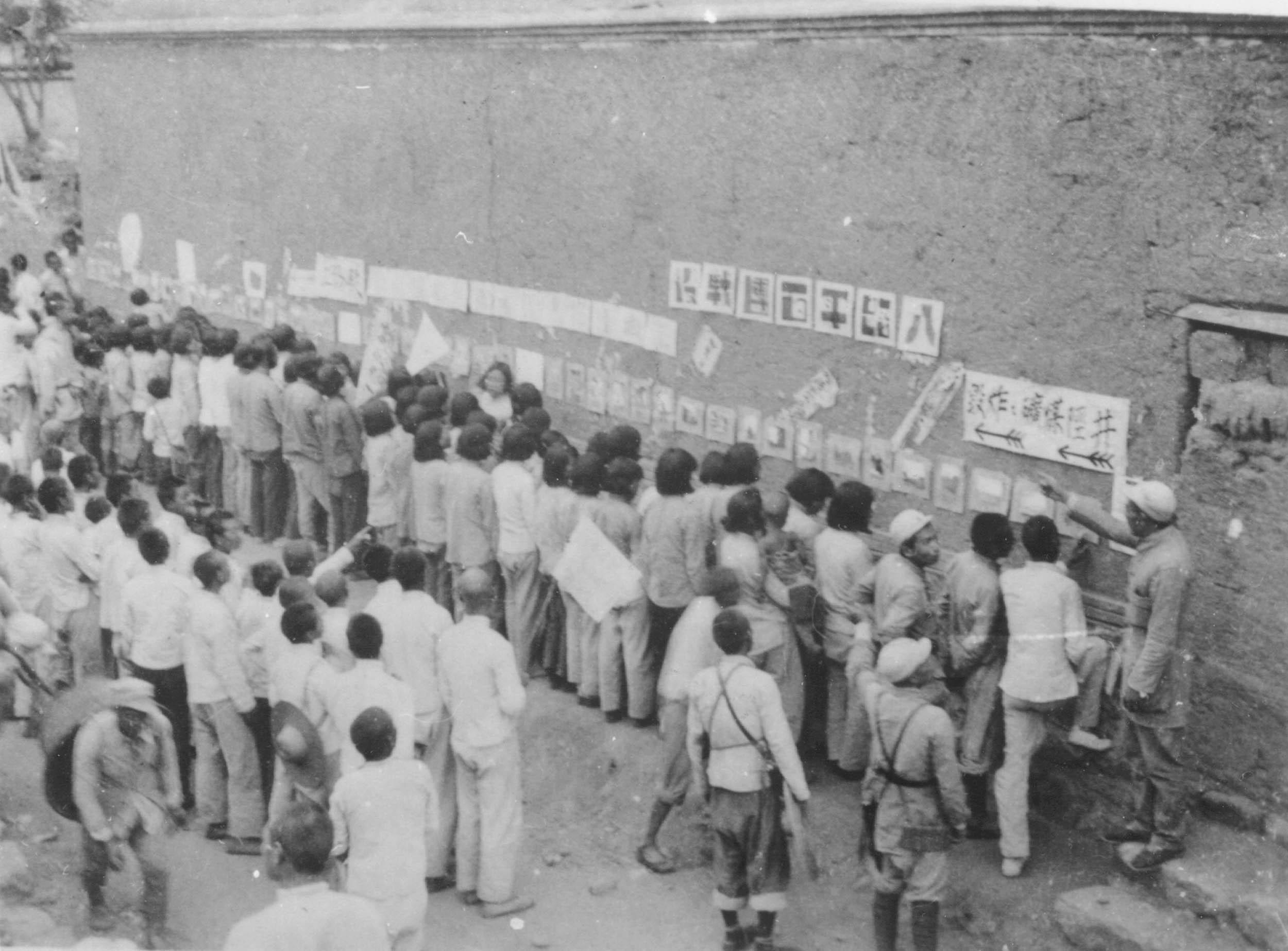 图3-2 晋察冀根据地军民参观百团大战摄影展览 沙飞摄.jpg