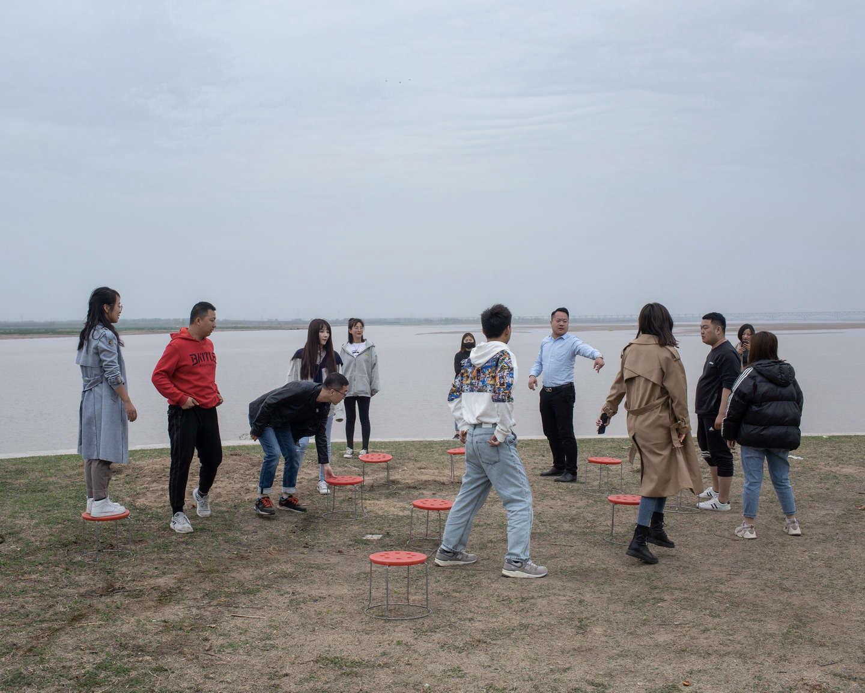 04 黄河岸边,团建做游戏的年轻人,《黄河厚土》系列.jpg