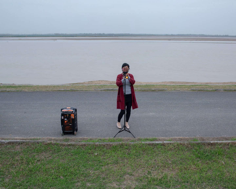 06 黄河边放声高歌,为广场舞练声的中年女性,为广场舞练声,《黄河厚土》系列.jpg