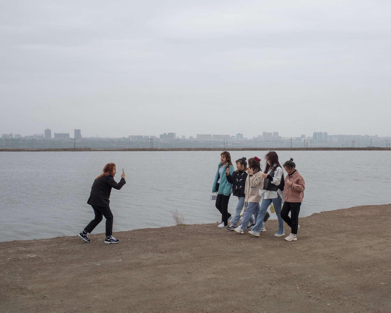 08 运城盐湖景区,拍模特走步视频的年轻人,《黄河厚土》系列.jpg