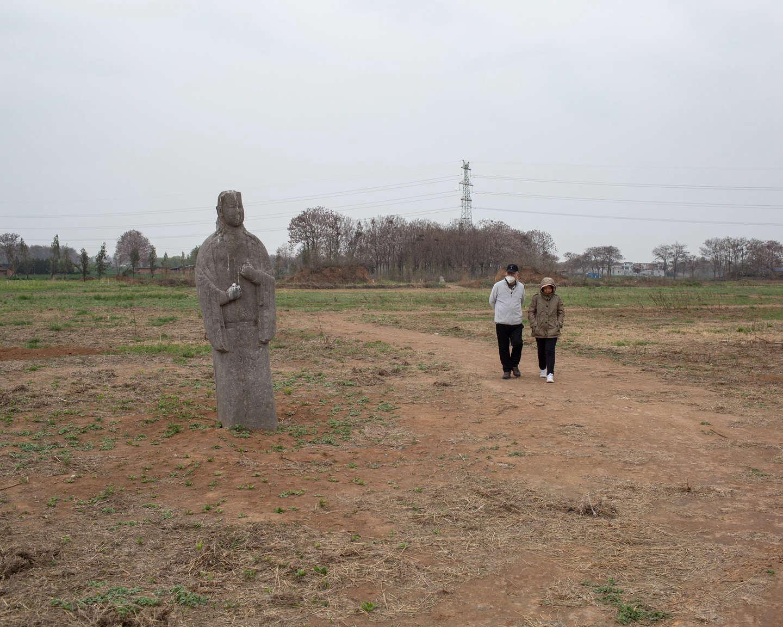 10 散步的游人经过永昌陵石像,《黄河厚土》系列.jpg