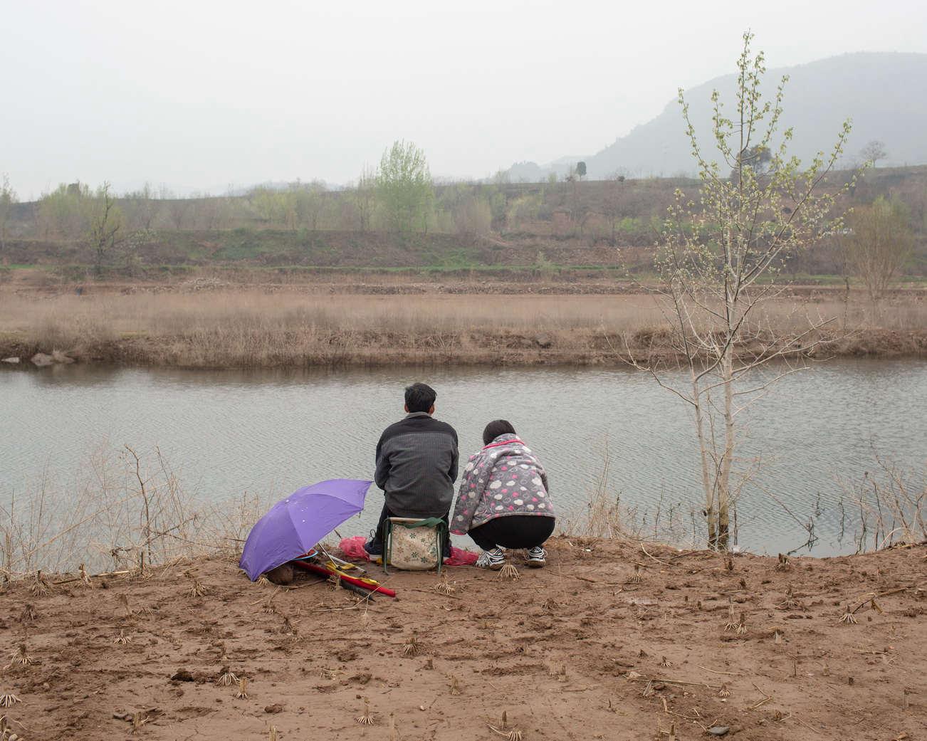 18 黄河三峡支流,陪爱人钓鱼的情侣,《黄河厚土》系列.jpg
